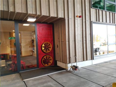 De blower opgesteld in een ingang